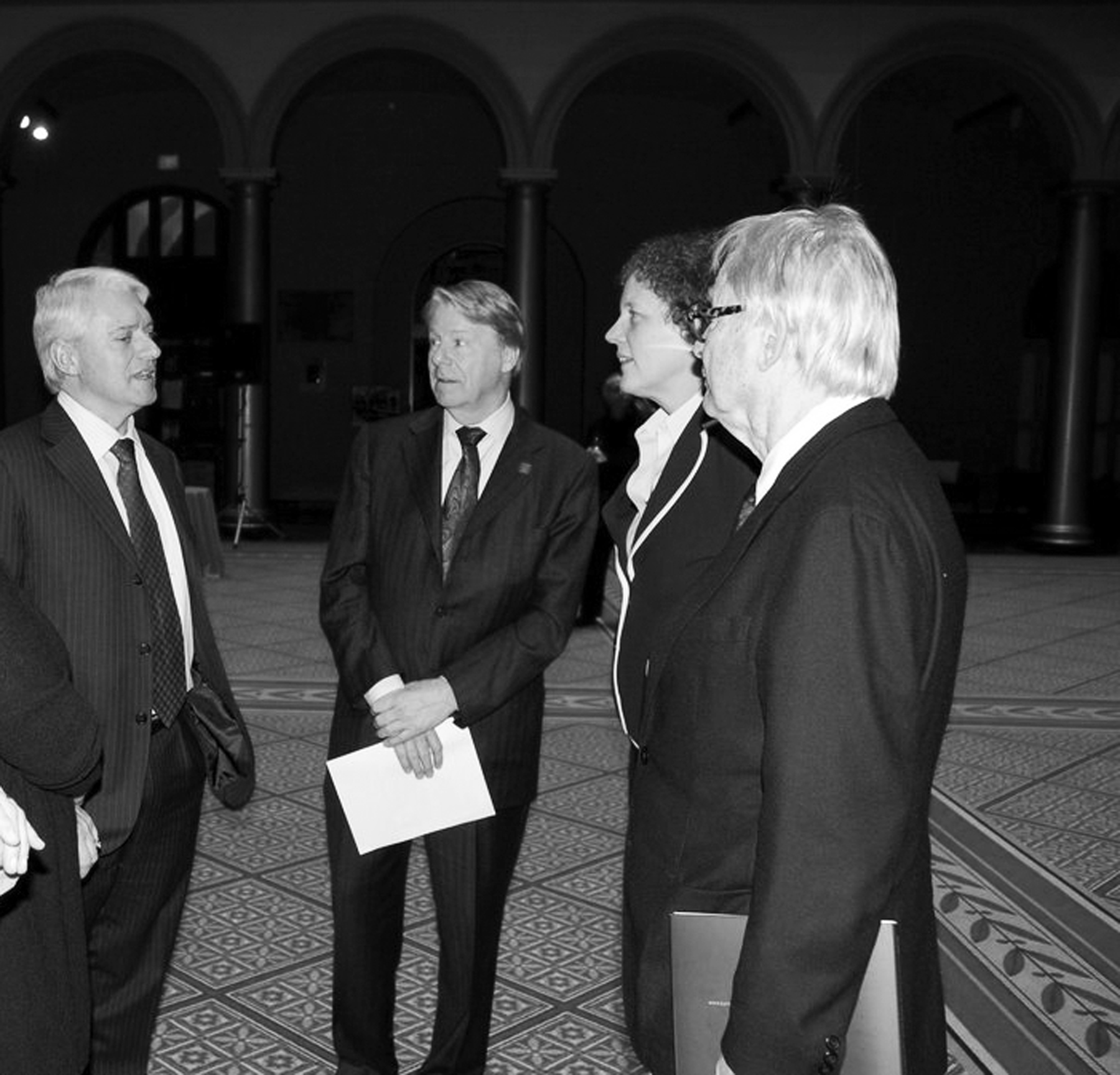 Ambassador Strømmen welcomes Larry Bruton, Margaret de Bolt and Robert Frasca from the architectural firm of Zimmer, Gunsul and Frasca at the openin gof the Detour exhibition in Washington, D.C. on Jan. 28. Photo: Erik Hoftun