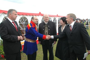 Egil Ollie greets Members of the Norwegian Parliaments during the ceremony in Lakselv in 2006. Photo: Lars Aamont