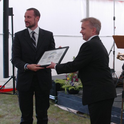 Prince Haakon receives a copy of the certificate from  Knut Storberget. Photo: Lars Aamot.