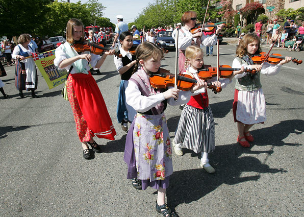 To see the full gallery of Seattle Times' photos from the 17th of May parade, click here.