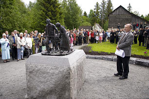 "Knut Djupedal, director of Norwegian Emigrant Museum, explains significance of ""Handcart Pioneers"" statue to Norwegian emigration history. Descendants of sculptor Torleif Knaphus donated statue, a replica of original made in 1926 in Salt Lake City. Photo by Tyler J. Gerritsen"