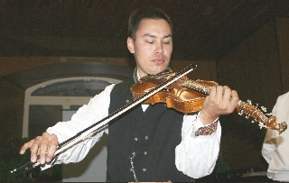 Kenneth de Gala, who grew up in Kongsberg (Buskerud county), started playing hardingfele at the age of ten, studying first with Anne Svånaug Haugan and later chiefly with Øystein Ellefsen and Hauk Buen. He specializes in the traditions of both Telemark and Numedal.