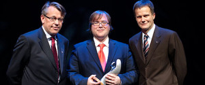 Pianist Christian Ihle Hadland was named the winner of Statoil's grant for the talented classical musician of 2009 by chief executive Helge Lund (right) and Reidar Gjærum, executive vice president for corporate communication. (Photo: Trond A. Isaksen)