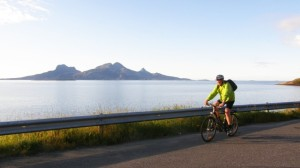 With a view to the mountains and fjords is the trip to Kjerringøy a worthy candidate in the ranking of the most beautiful bike ride. Photo: Knut Rindahl / NRK