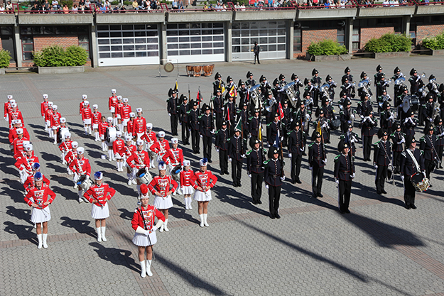 Photo: Kristin Hesla-Halvorsen Kolbotn-Garden performing with His Majesty's King's Guard in June 2013.