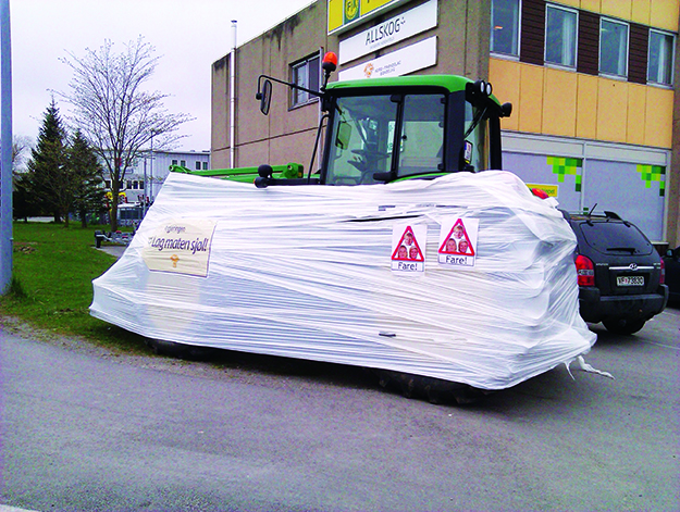 Photo: Heidi Håvan Grosch Many Norwegian tractors are wrapped in protest about the unsuccessful negotiations.