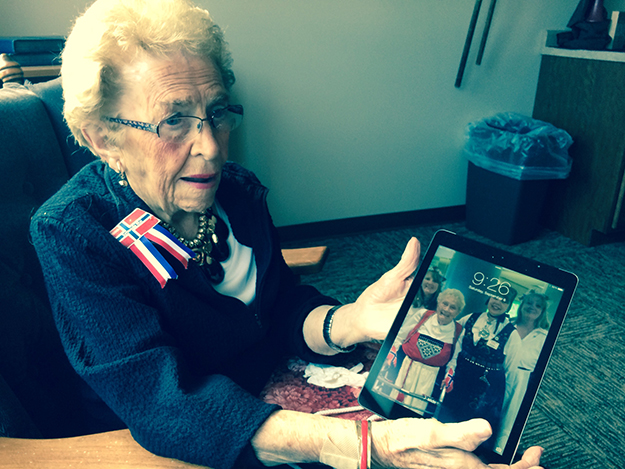 Photo: Larrie Wanberg 94-year-old Jo Grondahl uses her iPad to share photos of her family. Daughters of Norway Rosanna Gutterud Johnsrud Lodge #53 is the first to have iPads and smart phones as primary means of dialogues during its start-up phase.