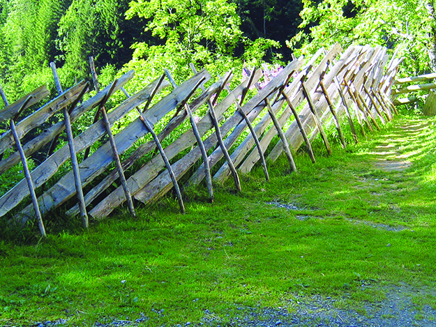 "Photo: Lawaschgiri / Wikimedia Commons To this day, the Norwegian word for a rail fence is ""skigard."""