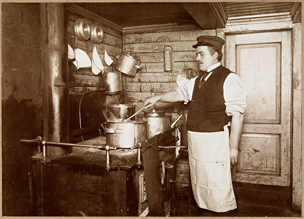 Photo: Narve Skarpmoen / Nasjonalbiblioteket / Wikimedia Commons Lindstrøm (probably in his 20s) stands in the galley and cooks. The picture is probably taken aboard the D / S Hålogaland.
