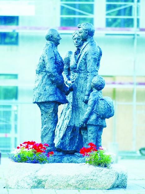 Photo: Visitnorway.com Tore Bjorn Skjolsvik's statue depicting the separation of emmigration.