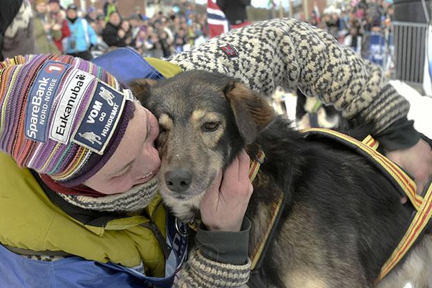Photo: Dmitry Sharomov / Finnmarkslopet.no Sigrid Ekran, world champion, celebrates with her dog, Ludvig.