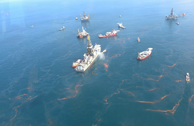 Photo: NOAA Office of Response and Restoration / Flickr Crews cleaning up after the Deepwater oil spill in the Gulf of Mexico. Some feel Norway needs to do more to prevent such a disaster from happening in the North Sea.