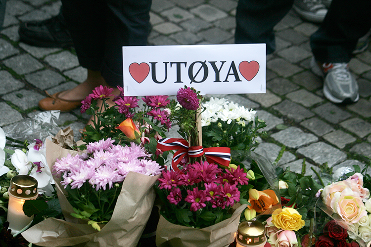 Photo: Rødt nytt / Wikimedia Commons One of thousands of greetings outside Oslo Cathedral after Breivik's attacks.