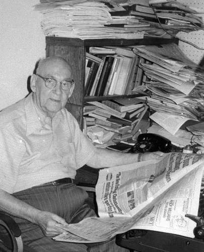 Photo: Jørn-Kr. Jørgensen Carl Søyland in 1974, shown in his natural habitat. He was at the time Editor-in-chief of the Nordisk Tidende.