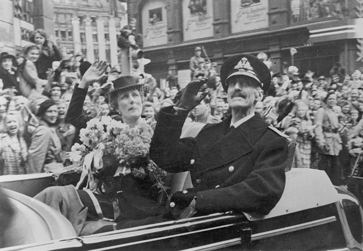 Photo: Oslo Museum / Wikimedia Commons What Ljødal didn't see: King Haakon VII returns to Karl Johan Street in Oslo on June 7, 1945.