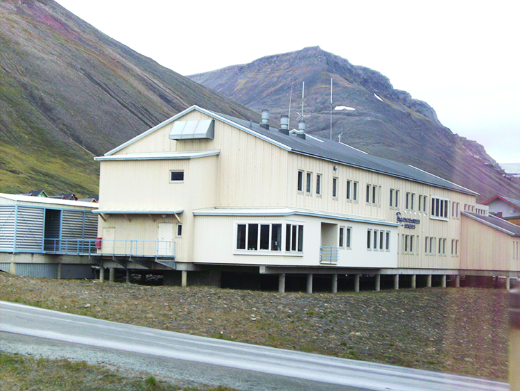Photo: Wikimedia Commons The hospital in Longyearbyen, Svalbard, is built on piles so that the heat from the building won't affect the underlying permafrost.