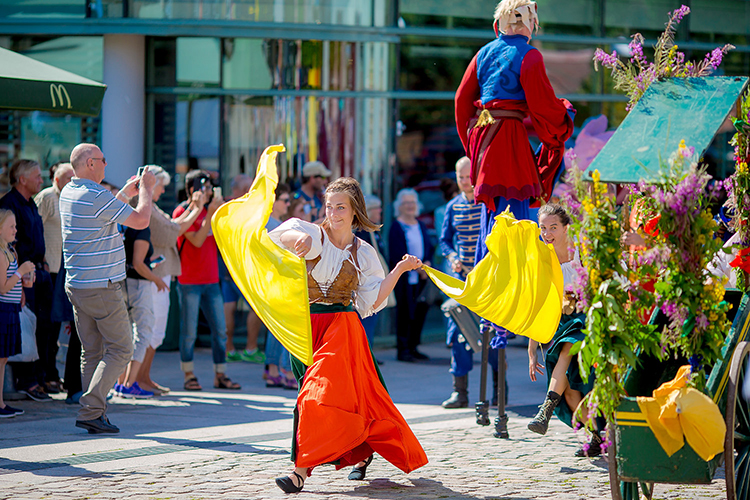 Photo: Thomas Andersen Medieval street performers were found throughout the town and at Hafslund Park. They drew hundreds and hundreds of spectators. Their routines included everything from stilt walking to acrobatics to fire breathing.