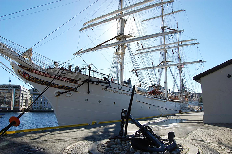 Photo: Cathrine Løvaas After two months at sea, the tall ship returned to Bergen with the mayor of the city, Marte Mjøs Pedersen, hanging from the mast, singing and celebrating the victory.