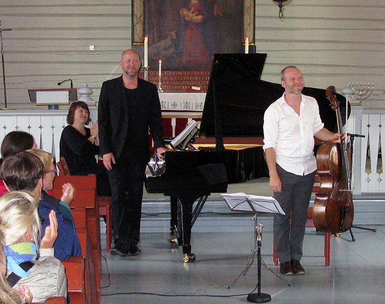 Photo: Robert L. Libkind Audun Sandvik (right) and pianist Sveinung Bjelland take their bows after playing at Reine church.